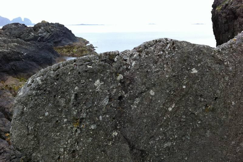 Konglomerat finn ein mykje av. I det fjerne ser vi øya Kinn og Ytterøyane fyr.