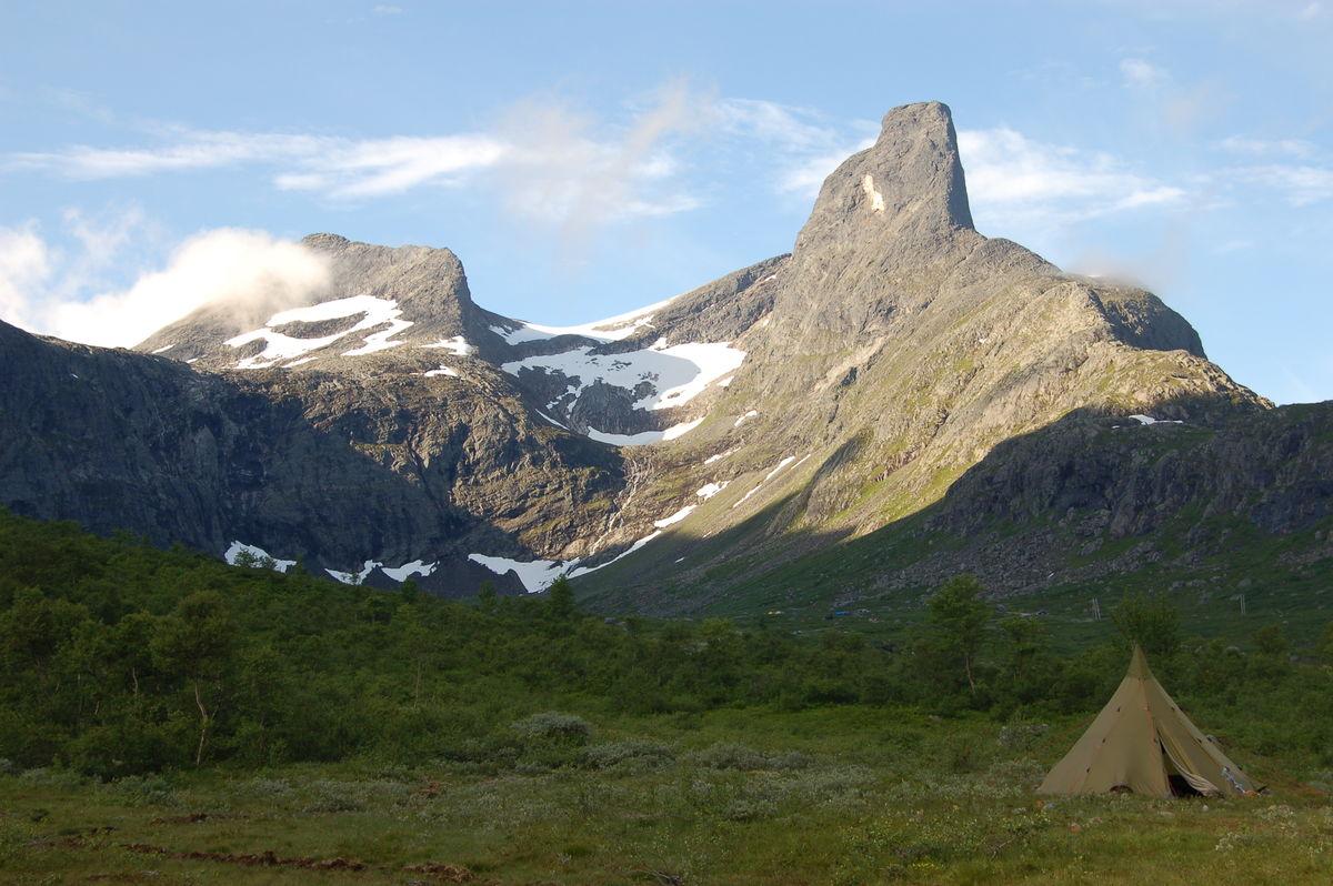 Romsdalshorn i bakgrunnen