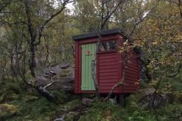 Utedoen er plassert nokre steg frå hytta. Her finn du fjelltrimboka. - Foto: