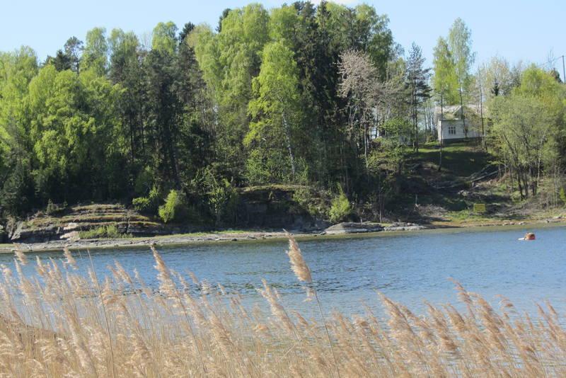 På naboøya i vest, Killingholmen, ligger turisthytta Veslekillingen.