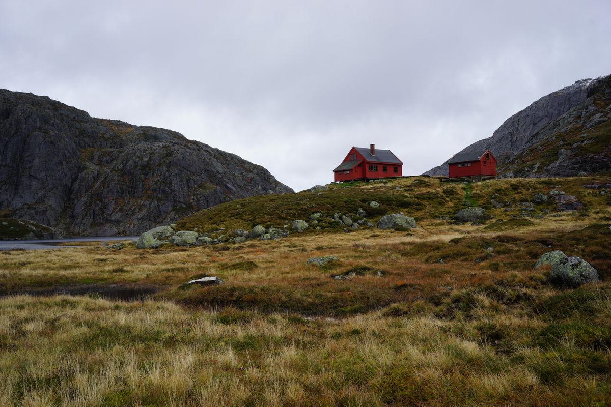 Hytta ligger lunt på en høyde like ved Stakkavatnet.