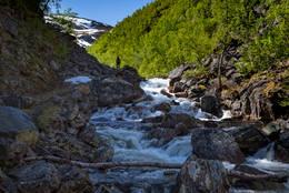 Turen innover den trange Sørstraumdalen følger elva -  Foto: Trond Østvang