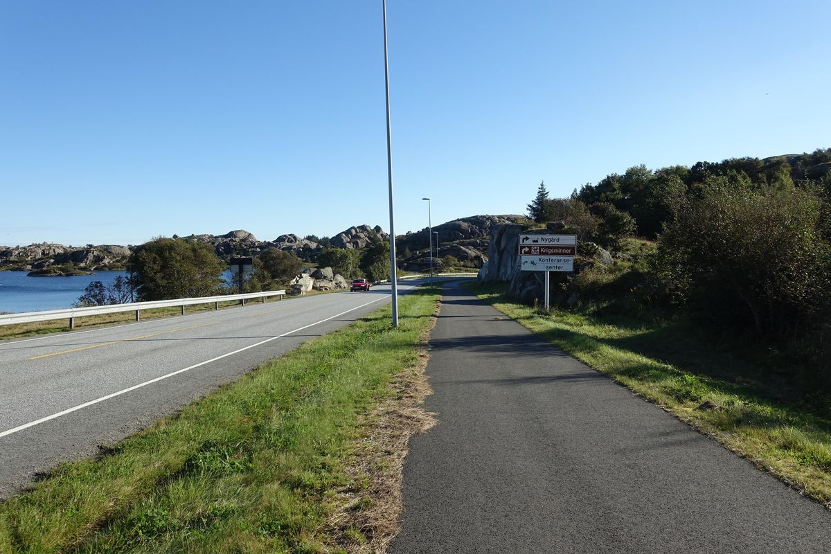 God og bred sykkel- og gangsti langs Rv.44 på vei mot Vedafjell.