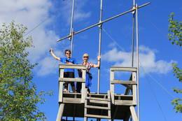 Glade turgåere i toppen av utsiktstårnet på Glomsrudkollen.  -  Foto: Hilde Roland