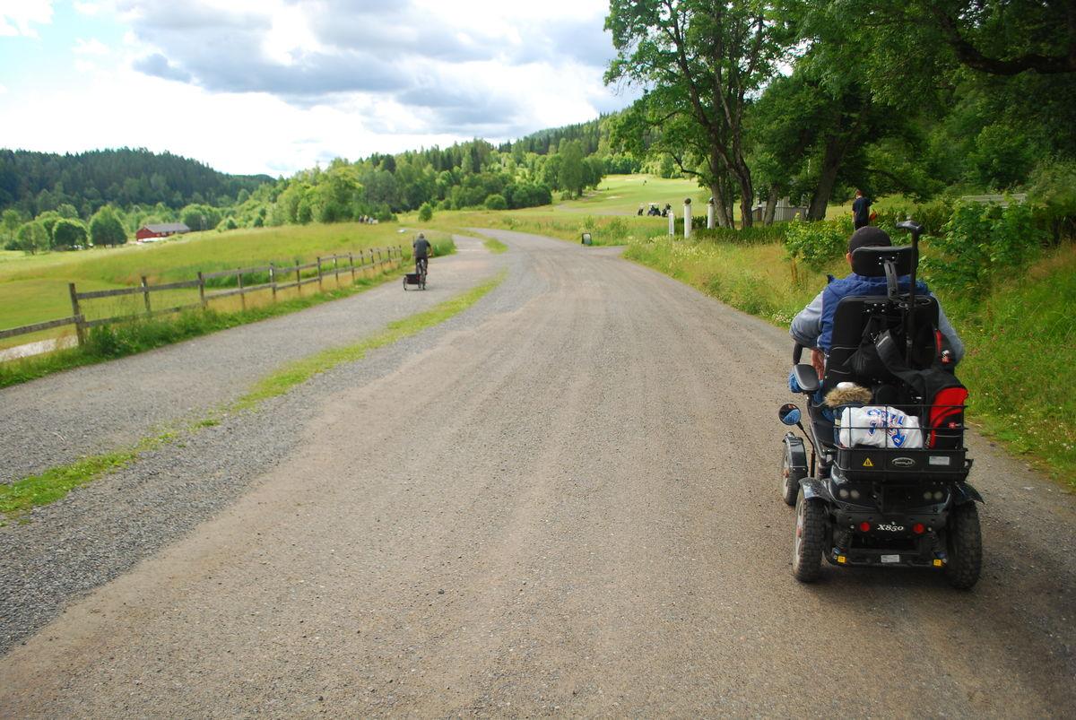 Turveien fra Losby besøksgård til Mønevann er gruslagt og det er så å si flatt hele veien.