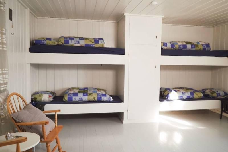 Hytta har 4 senger og 2 madrasser. Man leier hele hytta ved booking.  Husk lakenpose.