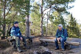 Artikkelforfatterne av 4B Odd til venstre og av 4A Kåre til høyre slapper av på benkene på toppunktet på Adalsborgen. - Foto: Ukjent