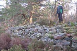 På toppen av Vardehei er det en stor gravrøys, sannsynligvis fra bronsealderen. - Foto: Floke Bredland