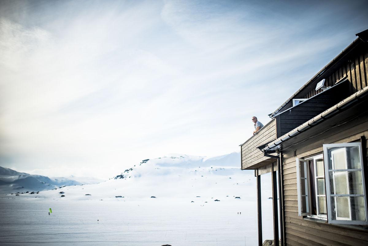 Edvar nyter utsikten mot Jøkulen