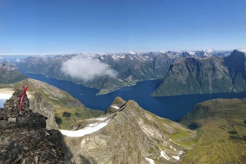 Fra toppen med fantastisk utsikt mot Hjørundfjorden og Urke.