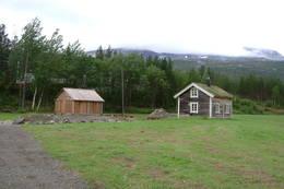 Ved siden av hytta er det bygd en skjeltersjåg i tradisjonell stil, som fungerer som vedskjul - Foto: Berit Irgens