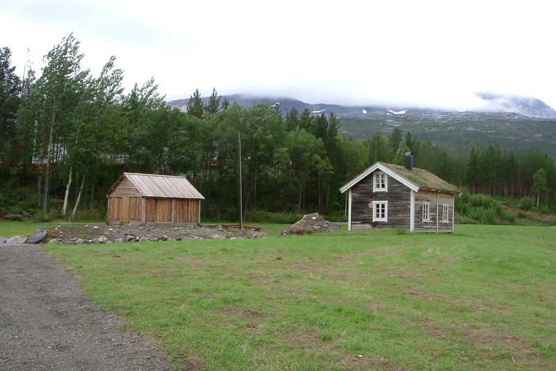 Ved siden av hytta er det bygd en skjeltersjåg i tradisjonell stil, som fungerer som vedskjul