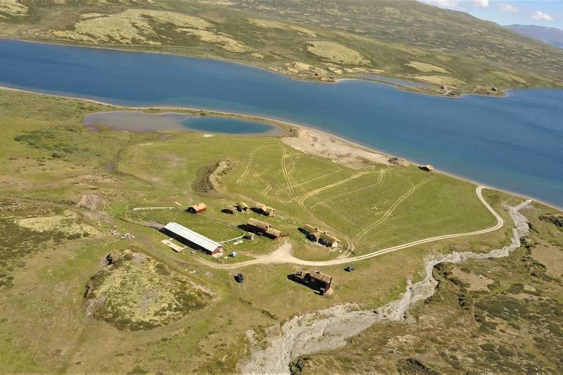 Orkelsjøhytta ligge fritt til ved setertunet Sjøsetra  med utsikt mot Orkelsjøen.