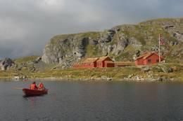 Det er mulig å låne båt på Stranddalsvatnet til fiske eller rekreasjon -  Foto: Stavanger Turistforening