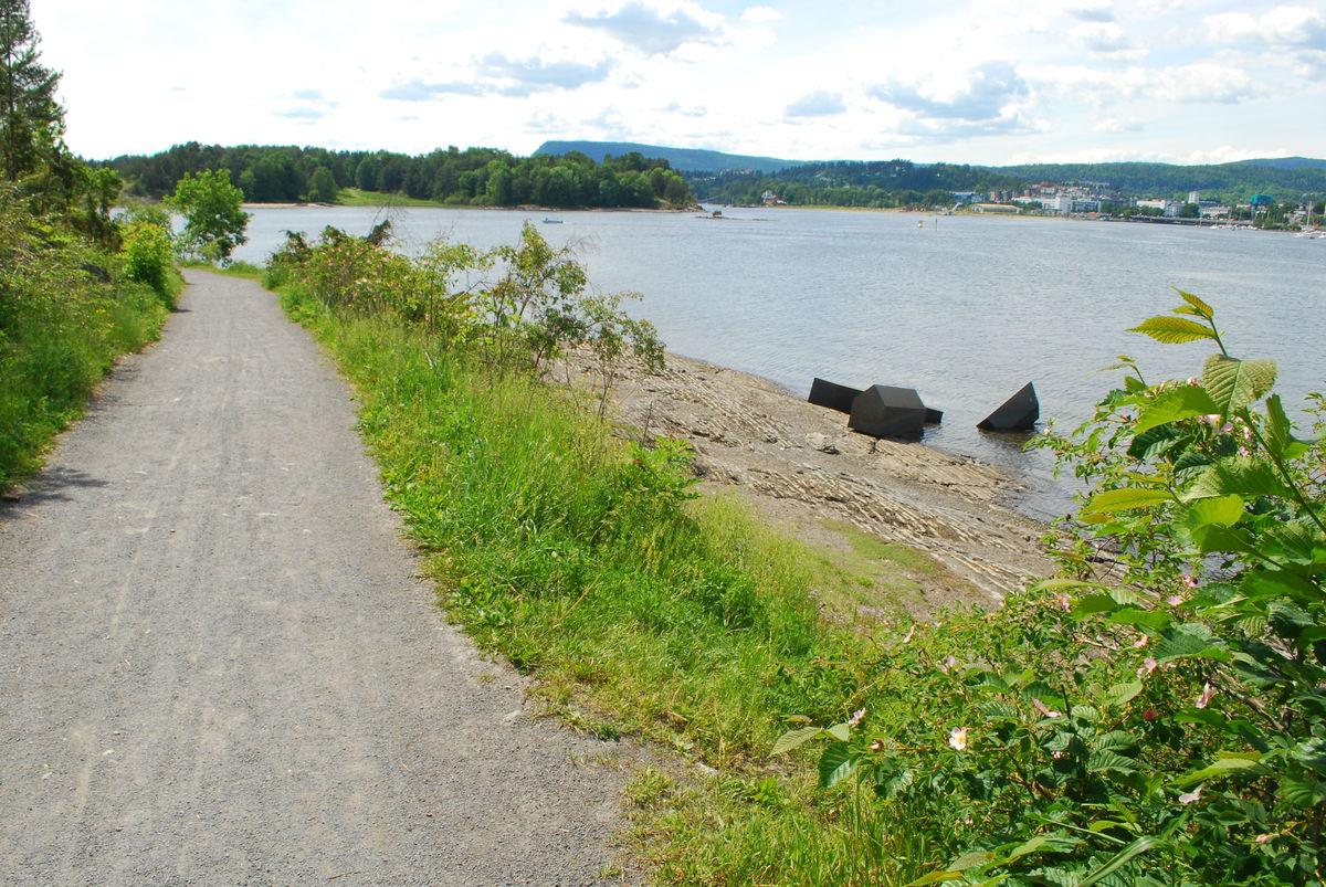 Turveien går ved strandkanten nesten hele veien.