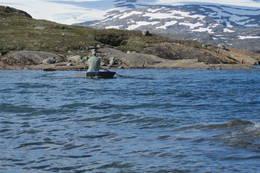 Her må det benyttes 2 stk båter for å komme seg over vannet. 1 båt på hver side av vannet.  - Foto: Clas Holmberg