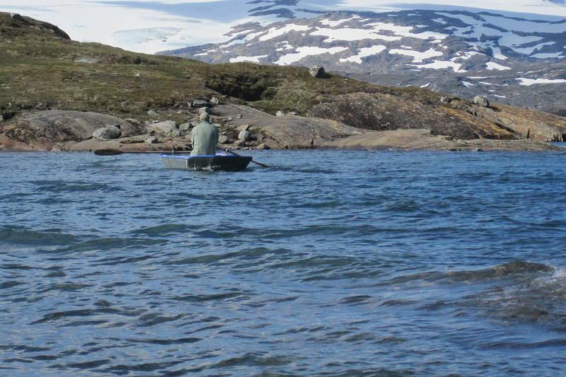 Her må det benyttes 2 stk båter for å komme seg over vannet. 1 båt på hver side av vannet.