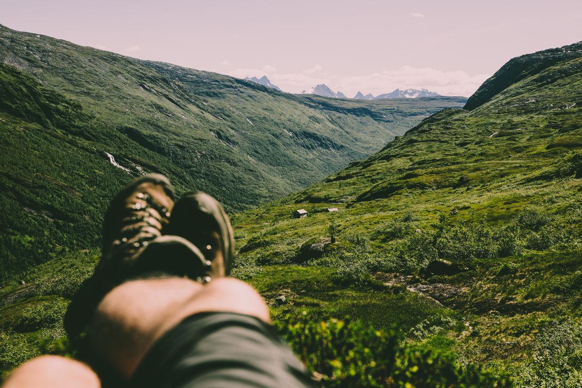 Utsikten på turen fra Arentzbu til Fast er spektakulær med Hurrungane i bakgrunnen.