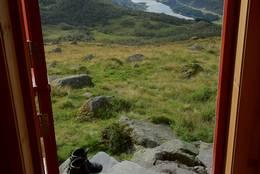 Sogndal Turlags hytte i Sogndalsdalen. Plass til 4 (++) med hele Sogndalsdalen som utsikt, fra kjøkkenet og trappen. Ligger på et stølsområde. Høsten 2011.  - Foto: Eli Berge