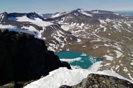 Fra en av Kalvehøgdene og utsikt ned mot Leirungstjønnin. På andre siden av dalen ser man Austre Leirungstinden -  Foto: Øyvind Ødegård