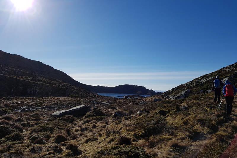 På flata etter Storeskaret ser du Gåsevatnet. Følg sti/dyretråkk på vestsida/høgre side litt opp frå vatnet.