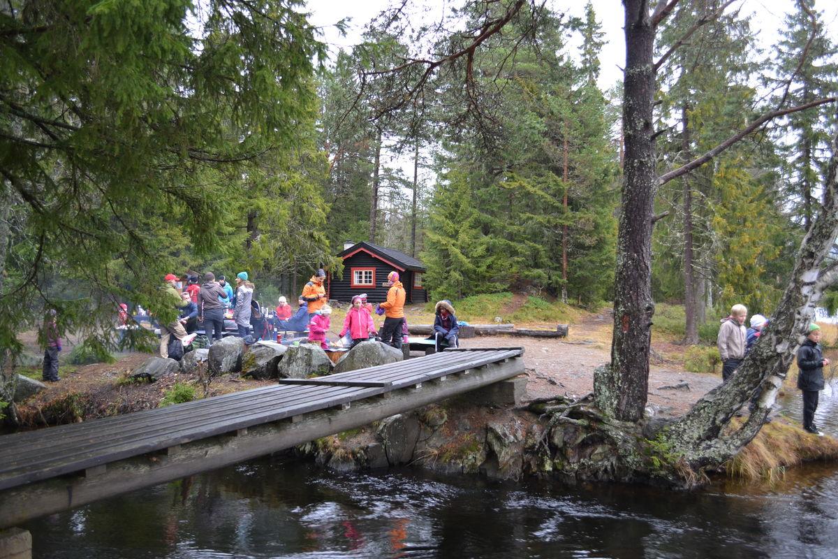 Krokbua en høstdag - skoleklasse på sletta