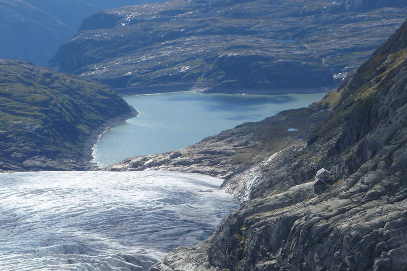 På veg til Demmevasshytta med Fjellsportgruppa over Hardangerjøkulen den 4. september 2010