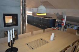 KJøkken, spiseplass og peis på hemsen - Foto: