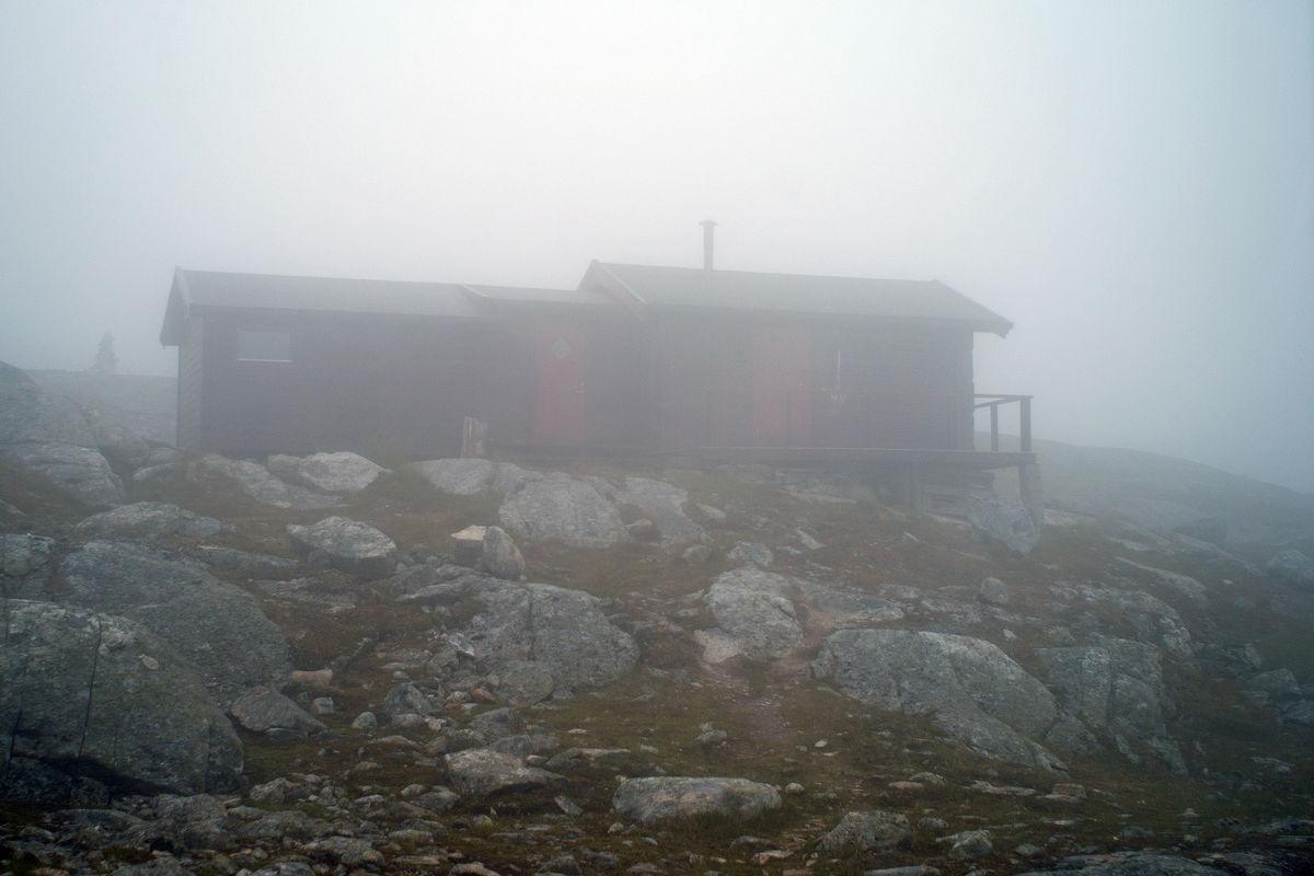 Lillehytta inne i tåka ved Skoaddejávre