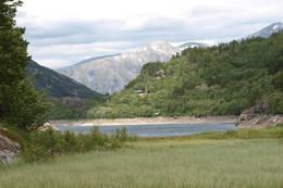 Utsikt til Kaldhusseter fra andre siden av vannet - Foto: Åsmund Steen
