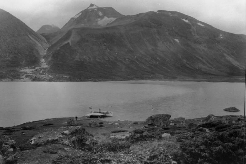 HISTORISK SKYSS. Den aller første gjendebåten ved kai nedenfor Gjendebu med Svartdalen i bakgrunnen. Bildet er tatt rundt 1910.