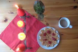 Pyntet bord med kaffe og vaffel i Romsviga. - Foto: Floke Bredland
