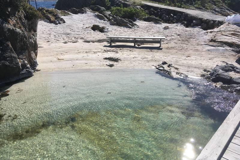 Ny strand med benk