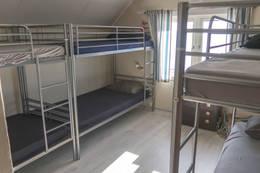 Det er to soverom i fyret og to uthuset. Totalt er det 16 sengeplasser.