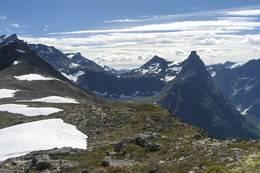 Tur fra Vengedalen til Åndalsnes. Vengetind helt til venstre, og Romsdalshorn - Foto: Ukjent