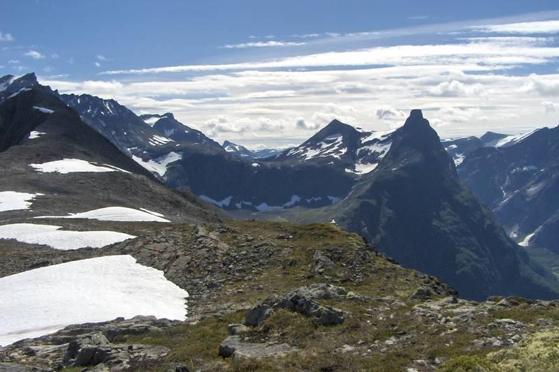 Tur fra Vengedalen til Åndalsnes. Vengetind helt til venstre, og Romsdalshorn