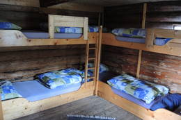 Romslig soverom med plass til 6 personer - Foto: Janet Bydal