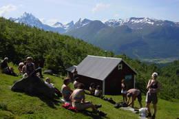Til Måsvassbu fra Isfjorden over Loftskardet. Idylliske Loftskardsetra med flott utsik mot Romsdalen. -  Foto: Molde og Romsdals Turistforening