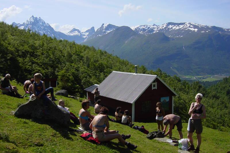 Til Måsvassbu fra Isfjorden over Loftskardet. Idylliske Loftskardsetra med flott utsik mot Romsdalen.