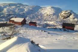 Blåfjellenden består av 2 hytter og uthus Smalafjellet i bakgrunn - Foto: Per Henriksen