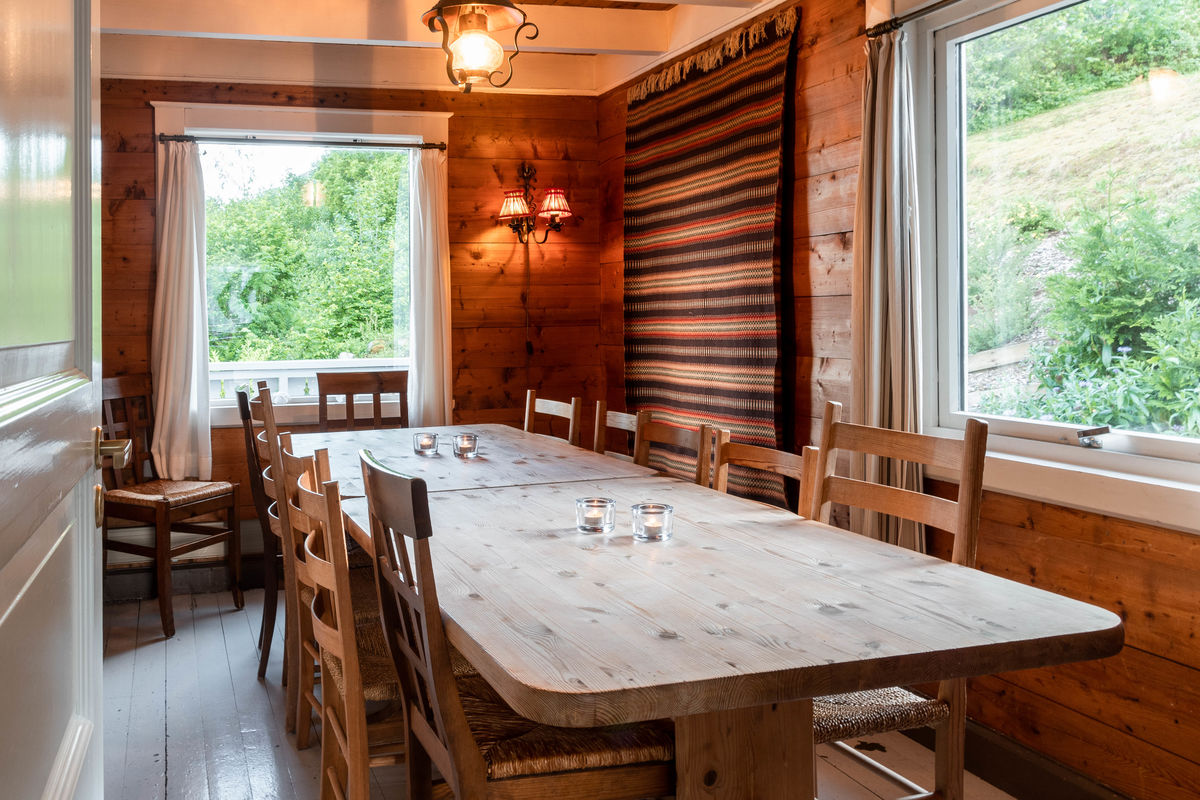 Trivelig spisestue med plass til mange rundt bordet.