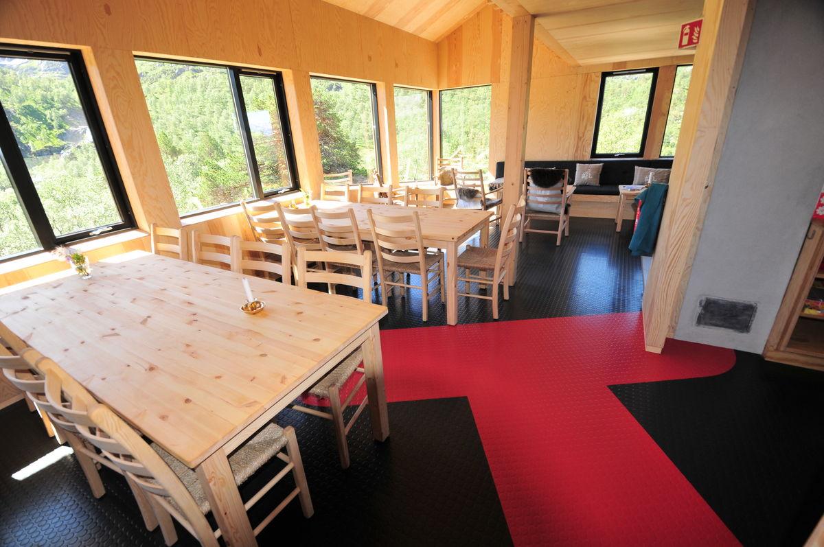 Trivelig spisestue med masse plass og god utsikt.