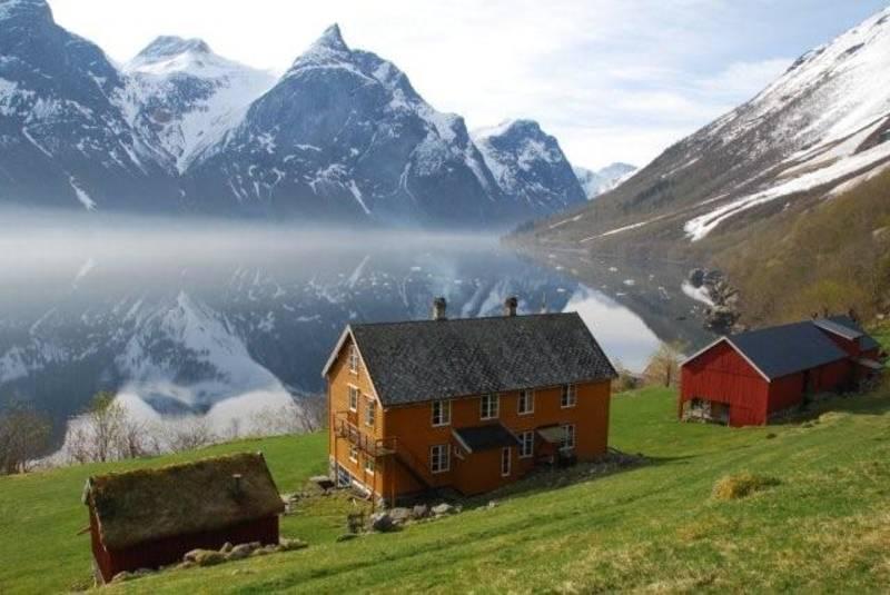 Hoemsbu ligger vakkert til ved Eikesdalsvatnet. - Foto: Arne Kavli