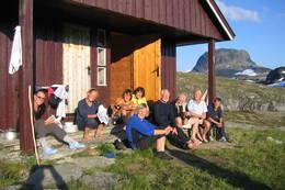 Et turfølge nyter kveldsola i hytteveggen på Torehytten - Foto: Astrid Haukenes