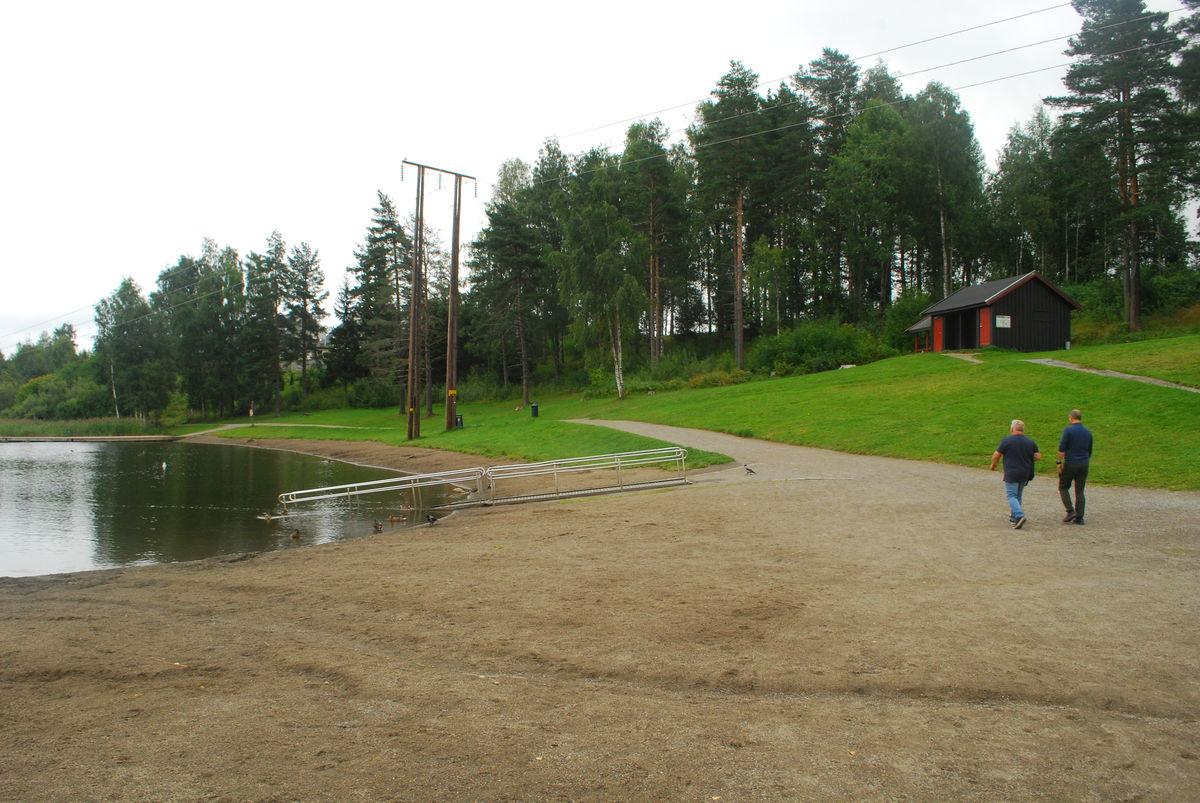 Baderampa er på sørsiden av vannet, og i bakgrunnen sees toalettanlegget.