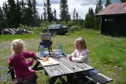 16. juli 2012: Nydelig sommerdag. Grønnsakssuppe tilberedes og nytes utenfor Kittilbua i Gausdalen. Kokkene er Ella og Katinka Sylte.  - Foto: Siv-Iren Moe