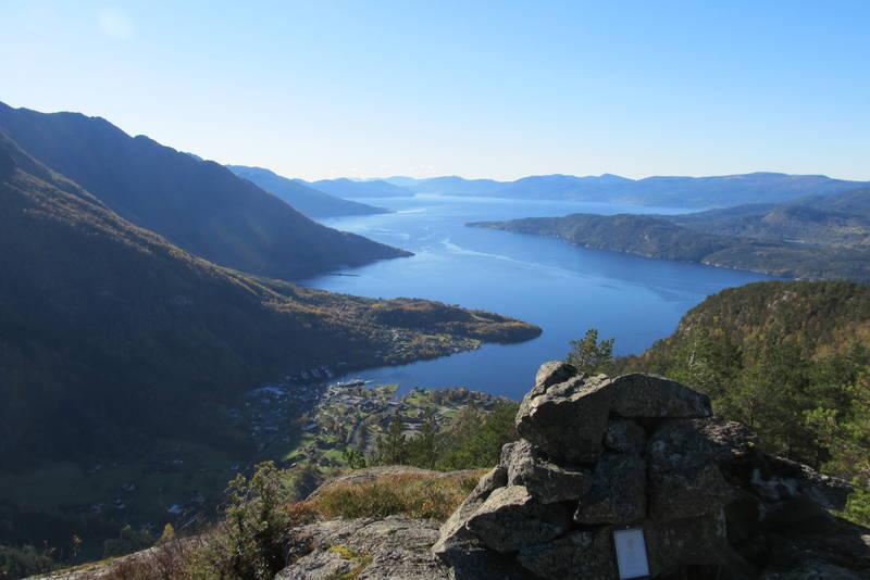 Gullbergnotten, utsikt mot Jondal sentrum og utover Hardangerfjorden