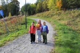 Tre glade jenter klare for tur i Ebbesåsen.  -  Foto: Hilde Roland