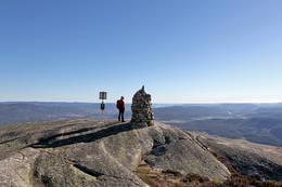 Varden på Bryggefjell med utsikt mot Bø. -  Foto: Ottar Kaasa, Notodden