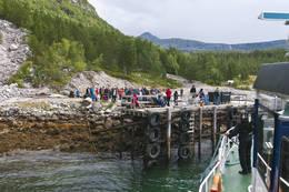Om sommeren er det ofte folkesomt på kaia i Hellemobotn når hurtigbåten kommer - Foto: Kjell Fredriksen